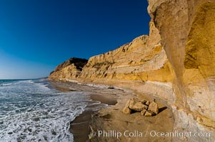 Torrey Pines bluffs, sea cliffs that rise above the Pacific Ocean, extending north towards Del Mar, Torrey Pines State Reserve, San Diego, California