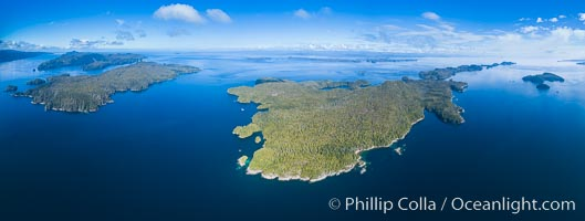 Hurst Island, Balaklava Island (left) and Gods Pocket Provincial Park, aerial photo, Vancouver Island, British Columbia, Canada